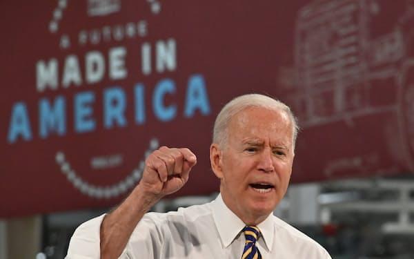 バイデン氏は28日、支持者を前に米国生産の重要性を訴えた(ペンシルベニア州マカンジー)