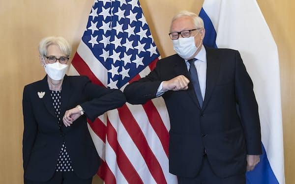 28日、米ロの戦略対話にはシャーマン米国務副長官(左)とロシアのリャプコフ外務次官が参加した(スイス・ジュネーブ)=AP