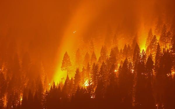 カリフォルニア州の大規模山火事「ディキシー・ファイア」(7月27日撮影)=ロイター