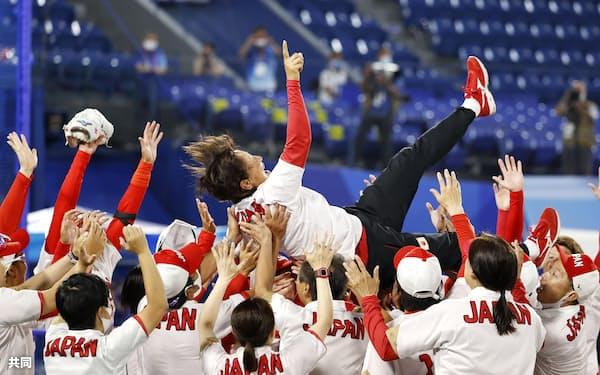 ソフトボール決勝で米国を破って金メダルを獲得し、宇津木監督を胴上げする日本ナイン(27日、横浜スタジアム)=共同