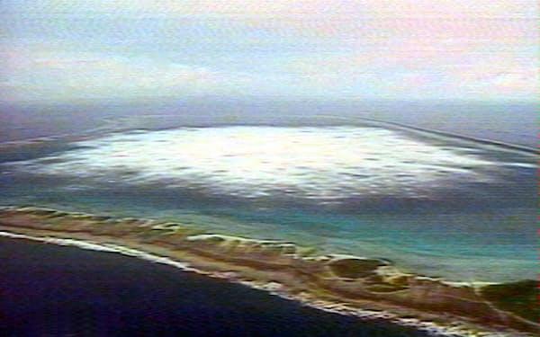 フランスは同国領ポリネシアで核実験を繰り返した(1996年、爆発で発生した白波)=ロイター