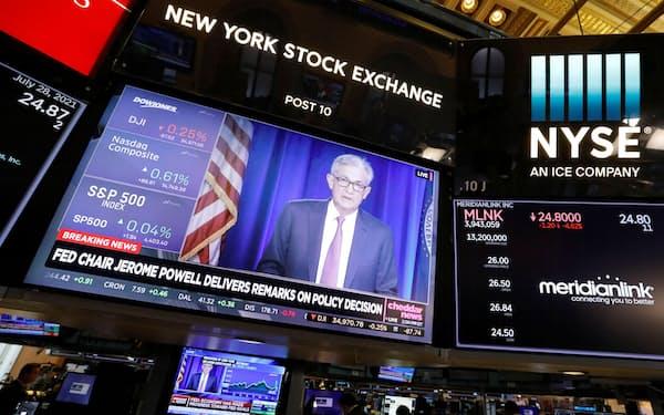 ニューヨーク証券取引所のディスプレーに映る米連邦準備理事会(FRB)のパウエル議長(28日)=ロイター