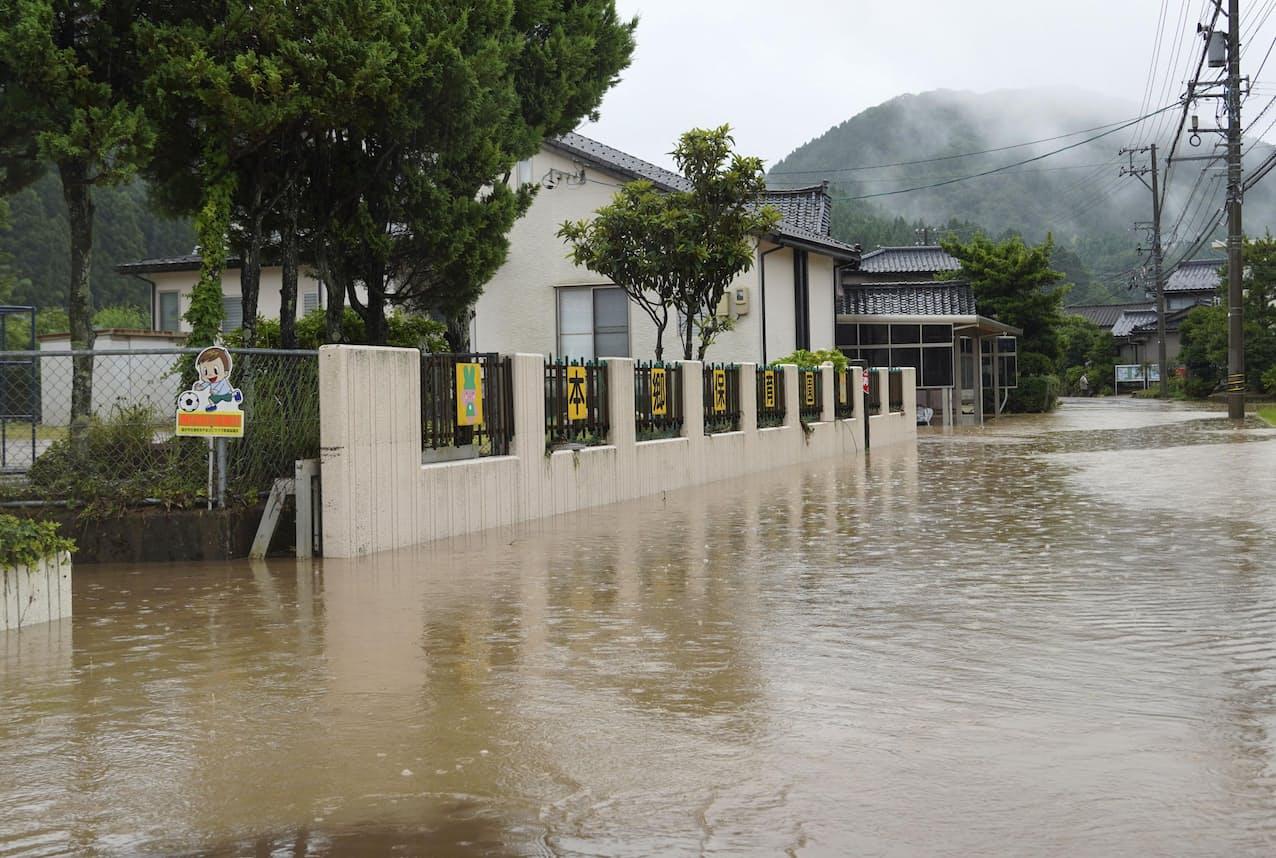 強い雨で冠水した福井市内の道路(29日午前9時58分)=共同