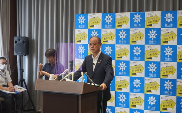 記者会見する大森市長(29日、岡山市役所)