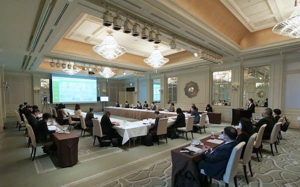 委員会は9人の専門家で構成(4月、都内で)