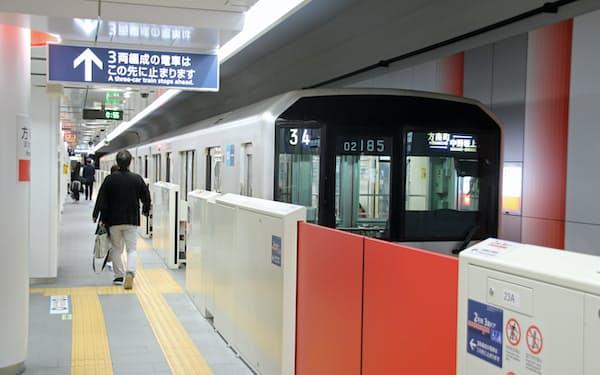 トンネルが小さい丸ノ内線で用いられている02系車両の屋根には、高さ24センチメートルの冷房装置が車両の両端に1基ずつ計2基が埋め込まれるような形で搭載されている。なお、02系の冷房装置の能力は1990年代に登場した当初はいまよりも低い33キロワットで、技術革新によって約4割の能力向上を果たした(東京メトロ丸ノ内線方南町駅で2019年11月8日に筆者が撮影)
