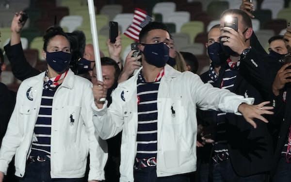 東京五輪の開会式で米国旗を持って行進するエディ・アルバレス=AP