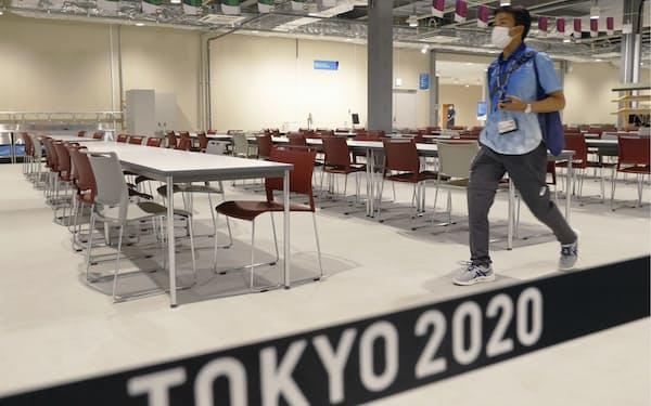 報道陣に公開された東京五輪選手村のメインダイニングホール=共同