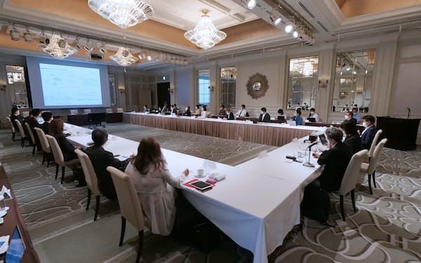 委員会は専門家9人で構成、参画企業11社も出席した(6月、都内で)