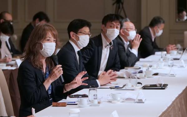 委員、企業代表の間で活発な意見交換があった