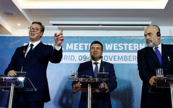 セルビアのブチッチ大統領㊧、北マケドニアのザエフ首相㊥とアルバニアのラマ首相は、EU加盟のプロセスの遅れを批判する=ロイター