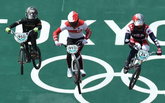 東京五輪の自転車・BMXレース1回戦で男子の長迫吉拓は1組5位となり、各組上位4人による準決勝に進めなかった。女子の畠山紗英は1回目に転倒して途中棄権した。