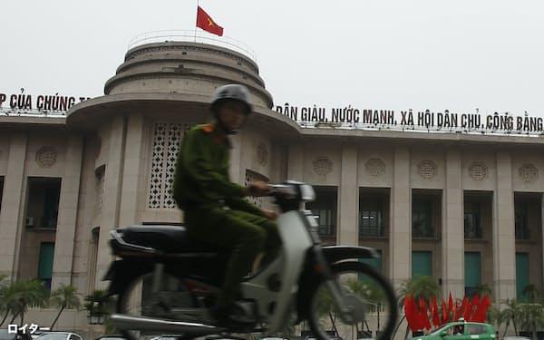 ベトナムは金融の最先端分野への参入を目指す(2013年、ハノイの中央銀行)=ロイター