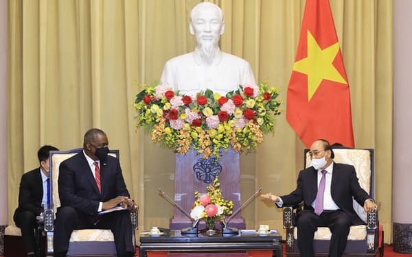 オースティン米国防長官はベトナムのフック国家主席と会談した(29日、ハノイ)=国営ベトナム通信