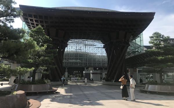 石川県は「夏休みやお盆も県境をまたぐ往来は控えて」と呼びかける(29日、金沢駅)