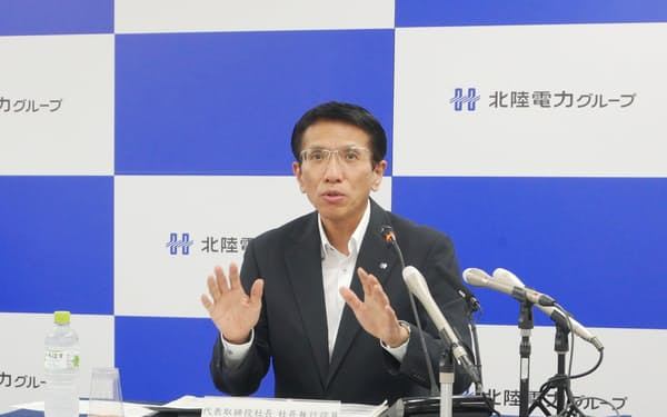 記者会見する松田光司社長(29日、富山市)