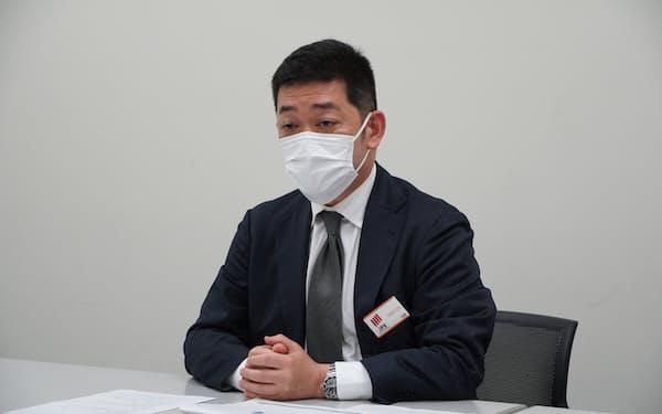 会見するデリバリーコンサルティングの阪口社長
