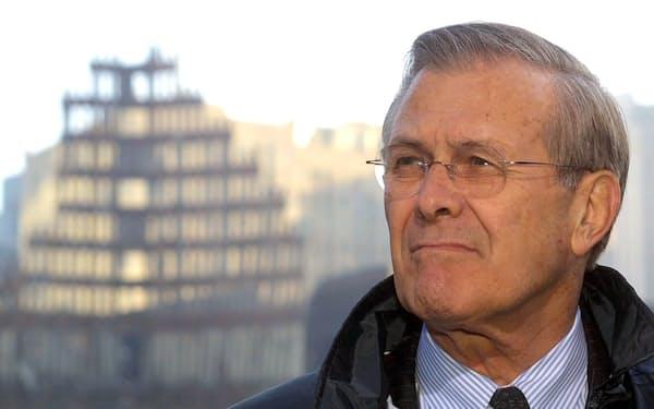 同時テロで倒壊したニューヨーク市の世界貿易センタール跡地を訪れたラムズフェルド米国防長官(2001年11月)=ロイター