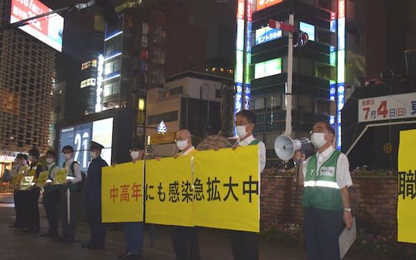 東京都の職員らはJR新橋駅前で感染対策を呼びかけた(6月29日、港区)
