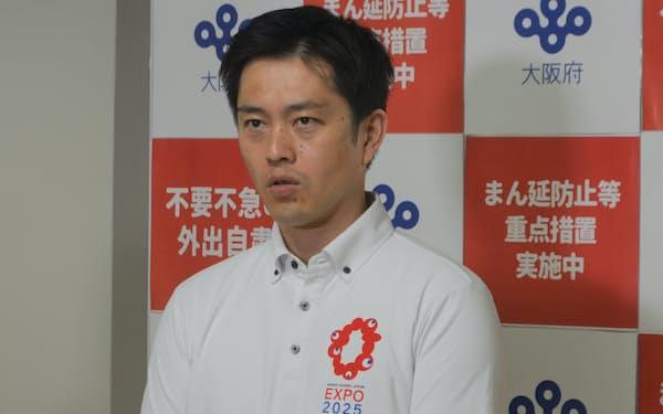 記者団の取材に応じる吉村知事(29日、大阪府庁)