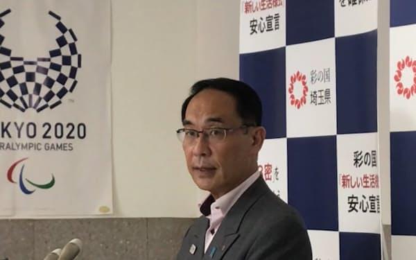 記者団の取材に応じる埼玉県の大野知事