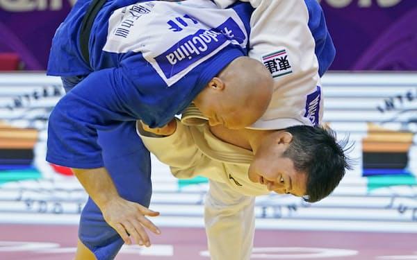 柔道男子100キロ超級で金メダルを目指す原沢久喜(右)=共同