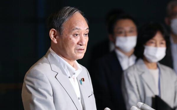 緊急事態宣言の対象地域追加などを巡り、報道陣の質問に答える菅首相(29日、首相官邸)