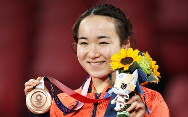 銅メダルを手に笑顔を見せる伊藤