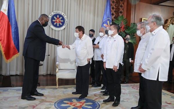 オースティン米国防長官㊧は、フィリピンのドゥテルテ大統領を表敬訪問した(29日、マニラ)=比大統領府