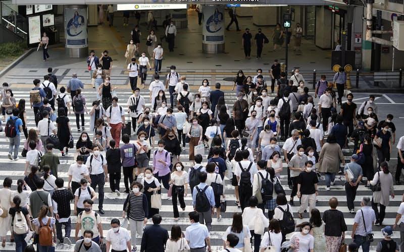 大阪・梅田をマスク姿で歩く人たち=29日午後