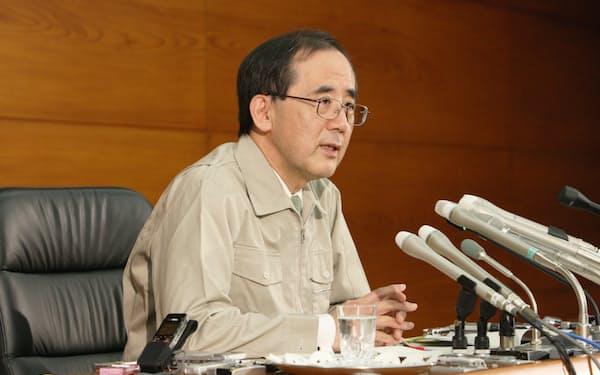 金融政策決定会合後、記者会見する日銀の白川方明総裁(2011年3月14日)
