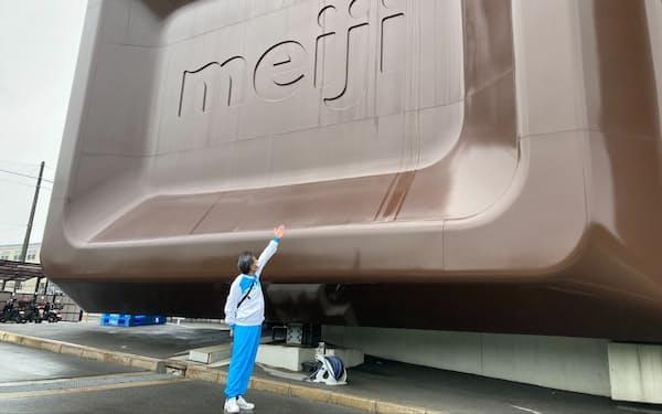 「明治なるほどファクトリー大阪」巨大チョコ看板