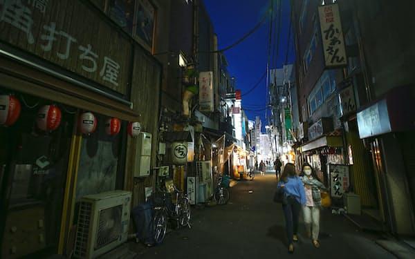 東京・新橋の飲食店街は緊急事態宣言の影響で人影もまばらになった(4月26日)