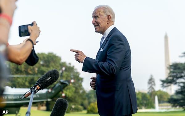 29日、ホワイトハウスで記者団と話すバイデン米大統領=AP