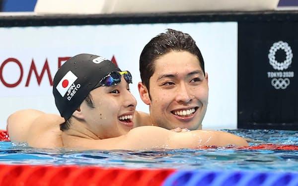 男子200㍍個人メドレー決勝を終え笑顔を見せる瀬戸㊧と萩野