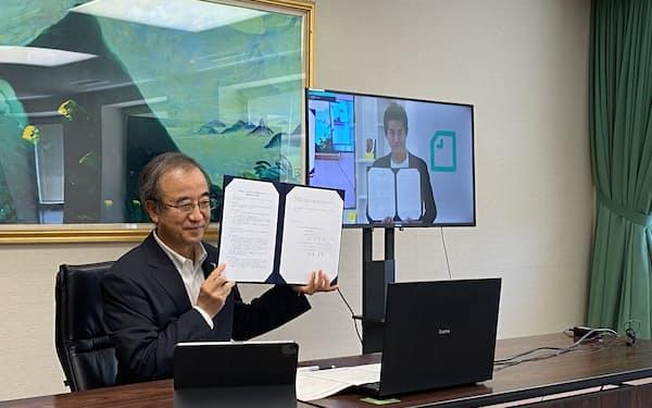 オンラインで開いた協定締結式で記念撮影する花角知事㊧と加藤CEO(30日、新潟県庁)