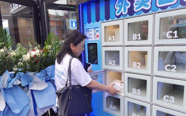 ローソンの新型店にはIoT技術を使ったロッカーを置いた(30日、遼寧省大連市)