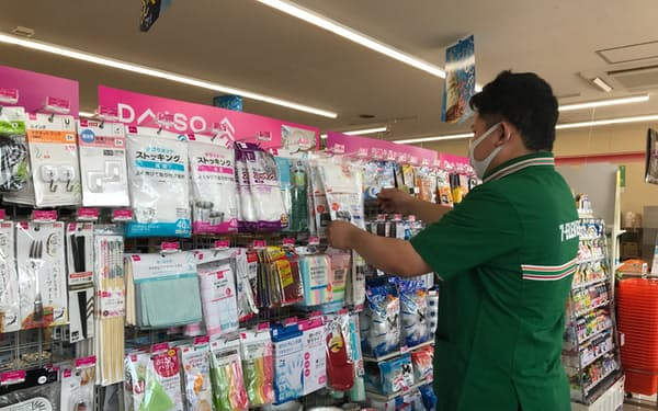 台所用品や清掃用品などダイソーの商品を取りそろえる(神奈川県平塚市)