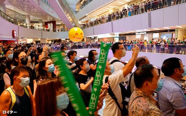 商業施設で東京五輪を観戦する市民ら(30日、香港)=ロイター