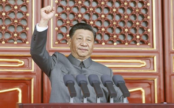 中国共産党創建100年の祝賀大会の演説で、拳を振り上げる習近平国家主席=7月、北京(新華社=共同)
