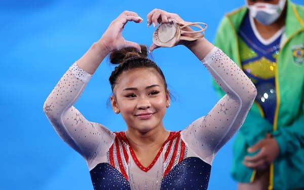 体操女子個人総合で金メダル獲得したリーはモン族出身=ロイター