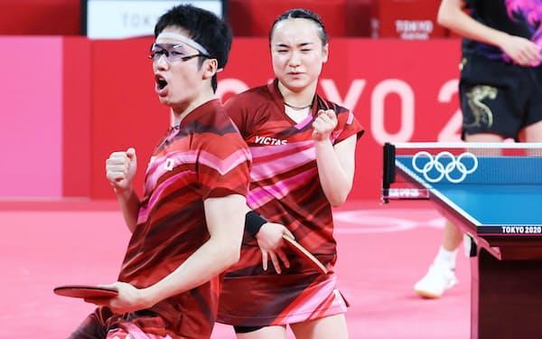 今大会から採用された卓球の混合ダブルス。水谷隼(左)と伊藤美誠の日本ペアは金メダルを獲得した=石井理恵撮影