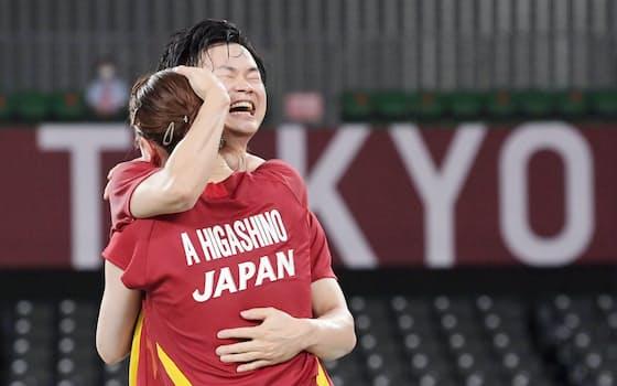 混合ダブルス3位決定戦で勝利し抱き合って喜ぶ渡辺勇大(奥)と東野有紗