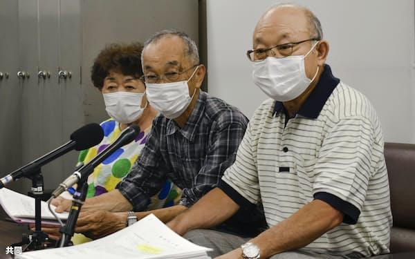 記者会見する市民団体のメンバーら(30日午後、広島市)=共同
