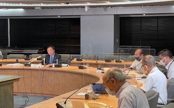 黒岩祐治知事らが緊急事態宣言の発令に伴う対応を議論した(30日、県庁)
