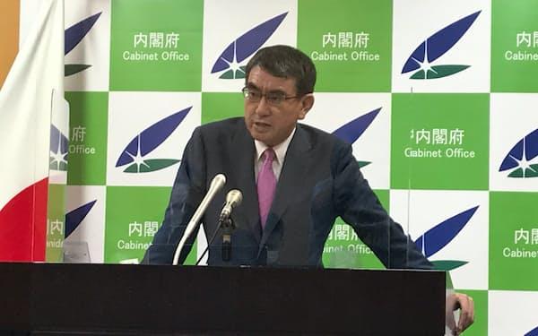 記者会見に臨む河野規制改革相(30日)
