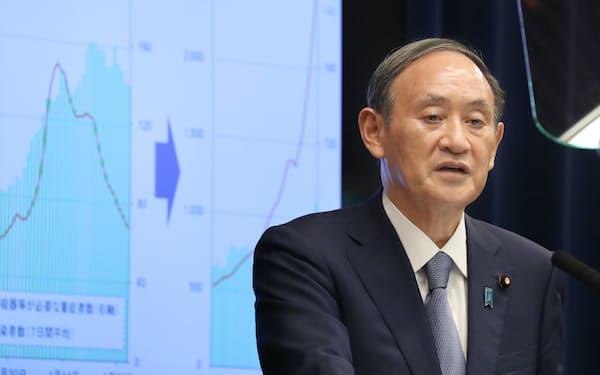首都圏3県と大阪府への宣言発令などを決め、記者会見する菅首相(30日、首相官邸)