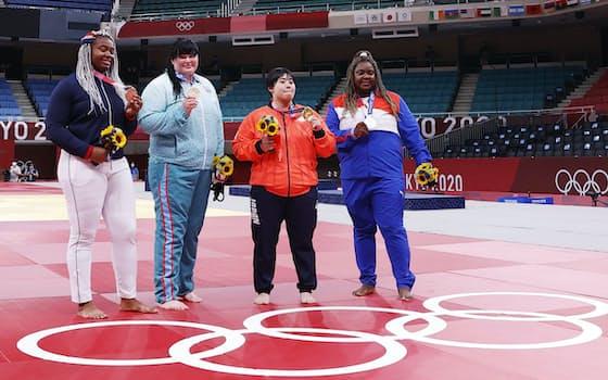 柔道女子78キロ超級のメダリストたち。右から2人目が金メダルの素根