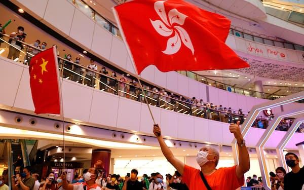 30日も多くの香港人が商業施設で五輪を応援した=ロイター
