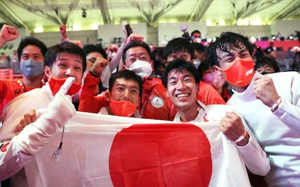金メダルを獲得し、笑顔の日本チーム(30日、千葉市)